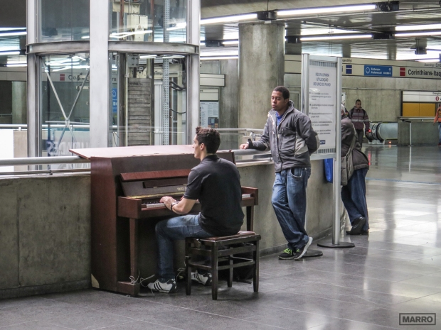 Piano-en-el-metro copy