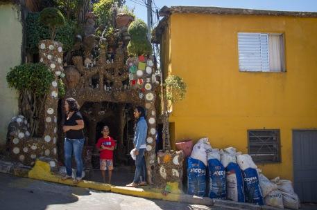 """Entrada de la casa de Estevão Silva Conceição, conocido como """"el Gaudí brasileiro""""."""