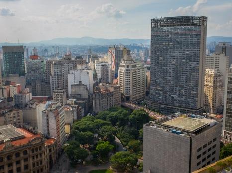 """EL EDIFICIO MÁS ALTO DE SÃO PAULO Se llama Mirante do Vale y es el edificio más alto de São Paulo. Hasta agosto de 2014, con la finalización del Millennium Palace, en Camboriú, también era el más alto de Brasil. Proyectado por el ingeniero Waldomiro Zarzur, fue construido entre 1960 y 1966. Mide 170 metros de altura y tiene 51 pisos, además de un helipuerto en su azotea. Lo curioso del """"Mirador del Valle"""" es que muchos habitantes de la selva de piedra no saben que se trata del más alto de la ciudad, pues se levanta en la parte baja del valle de Anhangabaú, lo que le hace parecer menor que sus vecinos Edificio Italia o Edificio Altino Arantes (Banespão)."""