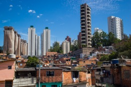 """CONTRASTES Si quisiéramos definir lo que es São Paulo con una sola palabra, quizá """"contraste"""" sería la más acertada. Y es que en la selva de piedra, donde el término medio escasea, los contrastes son permanentes, y muy agudos. Podemos verlos en el clima, en las razas, en la arquitectura, en los géneros musicales, en las creencias… Pero sin duda, donde resultan más evidentes es en las diferencias sociales. En la zona sur de la ciudad, por ejemplo, sólo una calle separa al adinerado barrio de Morumbi de la comunidad de Paraisopolis, donde la mayoría de sus aproximadamente cien mil habitantes vive en infraviviendas."""