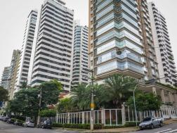 VERTICALIZAÇÃO Desde las últimas décadas el paisaje de São Paulo viene transformándose aceleradamente debido a factores como el rápido crecimiento de la población, la inseguridad o la especulación inmobiliaria. Antes lo habitual era vivir en casas. La ciudad aún conservaba cierto aire rural. Sin embargo, en muchos barrios de la ciudad las casas van desapareciendo para dar lugar a gigantescos edificios de apartamentos. Cambia el paisaje y también el modo de vida de los ciudadanos, que ahora viven de puertas para dentro en condominios cerrados donde disponen de piscina, salón de fiestas y zonas para que jueguen los niños. La vida en la calle va disminuyendo.