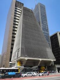 Edifício FIESP–CIESP–SESI Proyecto del estudio Rino Levi Arquitetos Associados. Inaugurado en 1979