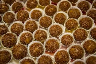 """BRIGADEIROS Los """"brigadeiros"""" son unos dulces muy populares en todo Brasil. No faltan en la mayoría de las fiestas infantiles y en muchos de los eventos de la sociedad brasileña. Para prepararlos se utiliza leche condensada, cacao y mantequilla. La cobertura se hace con fideos de chocolate."""
