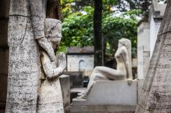 VISITA AL CEMENTERIO Muchas personas sólo entran en los cementerios si las circunstancias se lo exigen. Si eres una de ellas y te gustan el arte y la historia, quizá valga la pena hacer una excepción y entrar en el Cemitério da Consolação de São Paulo. Es el cementerio en funcionamiento más antiguo de la ciudad. Fue creado a mediados del siglo XIX, cuando comenzó a eliminarse la costumbre de enterrar a los muertos bajo el suelo de las iglesias. En el momento de su construcción se encontraba fuera de la ciudad, pues São Paulo todavía era pequeño y rural, y no la megalópolis que es actualmente. Al principio, en el cementerio eran sepultadas personas de toda clase y condición, pero en pocos años se convertiría en el lugar de reposo eterno de la élite paulistana. Aquí se encuentran enterrados personajes importantes de la historia de São Paulo y también de Brasil, que encargaban sus panteones y tumbas a los artistas más renombrados de la época. Las familias adineradas no escatimaban en gastos para ser recordadas con la magnificencia que habían alcanzado en vida. Pasear por las apretadas calles del Cemitério da Consolação es como hacerlo por un museo. Las obras de arte se suceden una detrás de otra. La variedad de estilos y los diversos orígenes de los enterrados nos recuerdan que estamos en la selva de piedra, ciudad construida por inmigrantes venidos de todos los rincones del mundo.