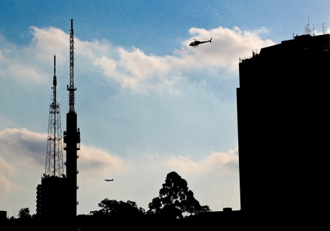 A TRABAJAR EN HELICÓPTERO El tráfico en São Paulo es tan intenso que para luchar contra él las autoridades tienen que adoptar medidas drásticas como el rodízio. Sin embargo, para el que puede pagar la solución es fácil: desplazarse en helicóptero. Y es que la selva de piedra cuenta con una de las mayores flotas de helicópteros del mundo. Muchos de los edificios de oficinas de la ciudad disponen de helipuerto en la azotea. En las principales zonas financieras, como Berrini, Vila Olimpia o la Avenida Paulista, no es difícil ver algún helicóptero despegando o aterrizando.