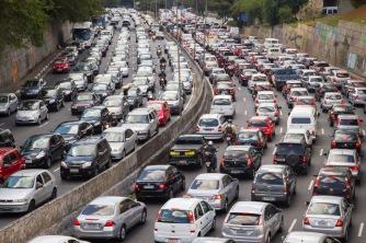 """RODIZIO Sin duda, uno de los peores males que sufren los habitantes de São Paulo es el tráfico. En las horas punta de la selva de piedra, trayectos que podrían hacerse en veinte minutos pueden llegar a durar horas. El problema es tan habitual que cuando los paulistanos llegan tarde a un encuentro el tránsito es la excusa más utilizada. Incluso existe una emisora de radio que se dedica únicamente a la información del tráfico en la ciudad. Una de las medidas tomadas por las autoridades para luchar contra este problema es el llamado """"rodízio"""", que establece que según el número con el que termine la matrícula de tu coche, habrá un día de la semana en el que tengas prohibido circular entre las siete y las diez de la mañana, y entre las cinco y las ocho de la tarde. En la imagen, una tarde cualquiera en la Avenida Vinte e Três de Maio."""