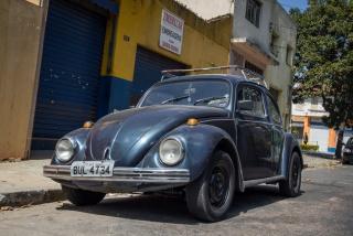 """FUSCA """"Escarabajo"""", """"beetle"""", """"cepillo"""", """"bug"""", """"coccinelle"""", """"buba"""", """"vocho""""… Todos son apodos utilizados en diferentes países para referirse a este modelo de """"Volkswagen"""", uno de los coches más fabricados de la historia. Famoso por otras acciones mucho más oscuras, fue Adolf Hitler quien impulsó su lanzamiento. Hasta ese momento, y debido al alto coste de fabricación, el uso de automóvil estaba reservado para las capas más altas de la sociedad. Hitler quería universalizar ese medio de transporte para las familias alemanas, y para conseguir su objetivo, incentivó y apoyó financieramente al ingeniero austriaco Ferdinand Porsche, que ya había diseñado algún prototipo. Se trataba de fabricar en masa un coche duradero y asequible. Fue así como nacería el primer """"Volkswagen"""", que en alemán significa algo así como """"coche del pueblo"""". Sin embargo, no sería hasta después de la segunda guerra mundial, con Hitler ya muerto, cuando comenzó la imparable popularización del modelo, llegando a convertirse en un icono en varios países. En Brasil es conocido como """"Fusca"""", y aunque hace años que dejó de fabricarse, todavía hay muchos en circulación."""