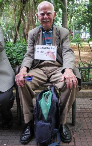 Desde que se jubiló, el señor Nasir vende bolígrafos en la Praça João Gaspar.