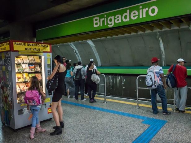 LIBROS BARATOS En algunas estaciones del metro de São Paulo, como la de Brigadeiro, hay máquinas expendedoras de libros. Estos no tienen precio fijo, cada uno paga lo que le parezca siempre que sea un billete, ya que las máquinas no aceptan monedas. Por eso, muchos usuarios del metro aficionados a la lectura suelen reservarse un billete de dos reales (el de menor valor) en la cartera para cuando vean un libro que les interese.