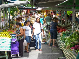"""""""FEIRA LIVRE"""" Una vez por semana, cada barrio de São Paulo tiene su """"feira livre"""". Varias calles son cerradas al tráfico y en ellas instalan sus puestos los """"feirantes"""". Principalmente se venden frutas y verduras frescas, pero, entre otras cosas, también puedes encontrar flores, arreglar tus cazuelas estropeadas o tomarte un pastel acompañado de un """"caldo de cana""""."""