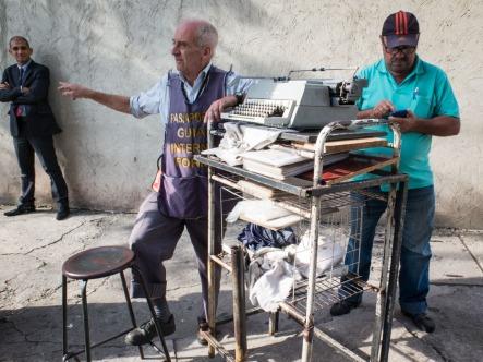 Se llama Carlos y hace más de diez años que trabaja en la puerta del edificio de la Policía Federal, en São Paulo. Datilógrafo y asesor, así responde cuando se le pregunta por su oficio. Como él cuenta, probablemente sea el último que quede en São Paulo. Y es que no es fácil encontrar en la calle a alguien que redacte documentos para uso oficial, y menos con una máquina de escribir como la suya, que podría estar perfectamente en un museo. Dice Carlos que trabaja menos de lo que le gustaría. Y no duda cuando señala al culpable: internet. Sin embargo, debido a su estratégica localización, todavía hay personas que contratan sus servicios, sobre todo extranjeros.