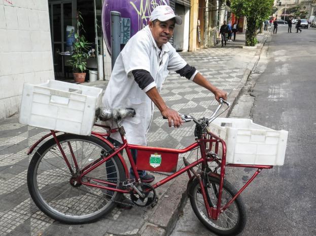 REPARTIDOR Muchos de los repartos de barrio de la selva de piedra se realizan en bicicleta.
