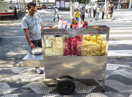"""PIPOQUEIRO A las palomitas de maíz en Brasil se les llama """"pipoca"""". Los puestos ambulantes como este son habituales en las calles de São Paulo. Puedes elegir entre pipoca, pipoca dulce o patatas fritas."""
