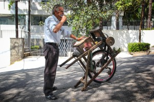 AFILADOR En São Paulo todavía quedan afiladores de los de antes. A este se le puede ver y oír por los barrios de Perdizes y Pompeia.