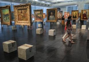 MASP La exposición de los cuadros mediante caballetes transparentes y el suelo de goma hacen del MASP un museo diferente. Esa era la intención de su creadora, la italiana Lina Bo Bardi, en su intento de proponer una personalidad propia alejada de los cánones europeos.