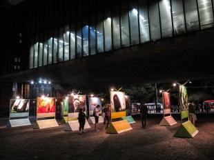 """Exposición de fotografía al aire libre. Situada en el """"vaõ"""" del MASP"""