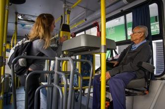 COBRADOR Para utilizar los autobuses públicos de São Paulo hay que subirse por la puerta de delante. Al llegar a la mitad del autobús, si no tienes bilhete único (tarjeta recargable como la que utiliza la mujer de la fotografía), tendrás que pagarle al cobrador para que te libere el torno que da acceso a la parte de atrás. Además de cobrar el billete a los que pagan con dinero, el cobrador realiza otras funciones. Le ayuda al conductor en lo que necesite, por ejemplo diciéndole cuando terminan de bajar los usuarios en cada parada, y avisa, con una memoria sorprendente, a cada pasajero perdido que le ha preguntado previamente en qué parada tienen que bajarse.