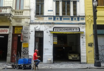 Buscando clientes para un parking del centro histórico de São Paulo.